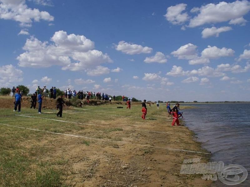 A házigazda a verseny színhelyére is elvezette a vendégeket, ahol a pontyfogók megtekinthették a horgászvizet