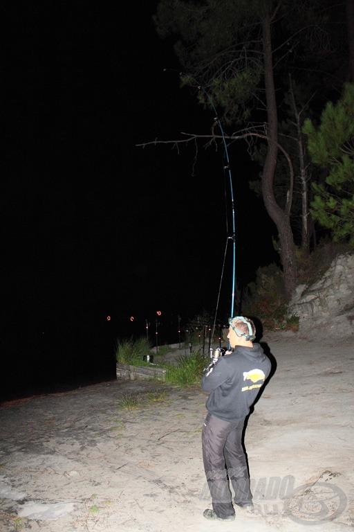 Úton a part fele az első éjszakai pontyom a kamera előtt …
