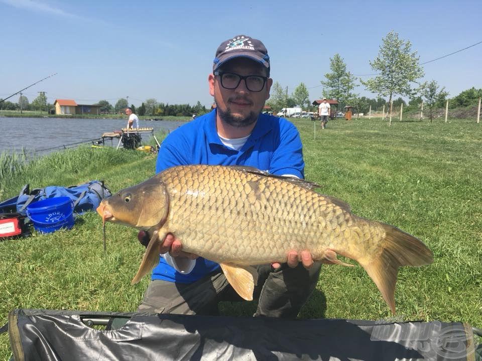 A verseny nemzetközinek mondható, ugyanis több külföldi horgász is tiszteletét tette. Itt éppen a Horvátországból érkezett Daniel Stojanović egy szép ponttyal