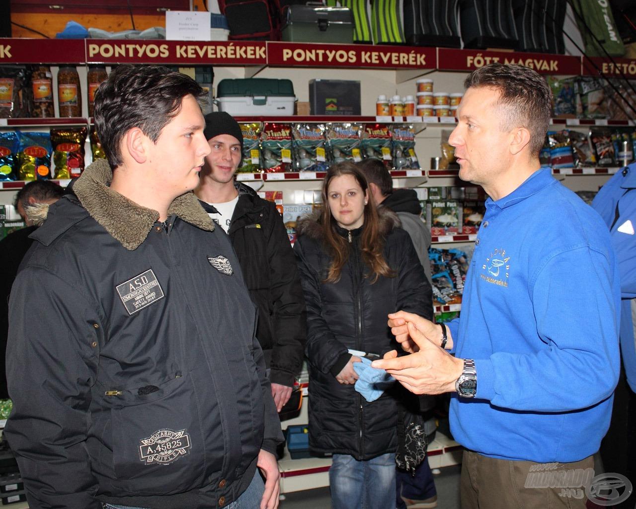 Döme Gábort lépten-nyomon leszólítják, kérdésekkel árasztják el a horgászok