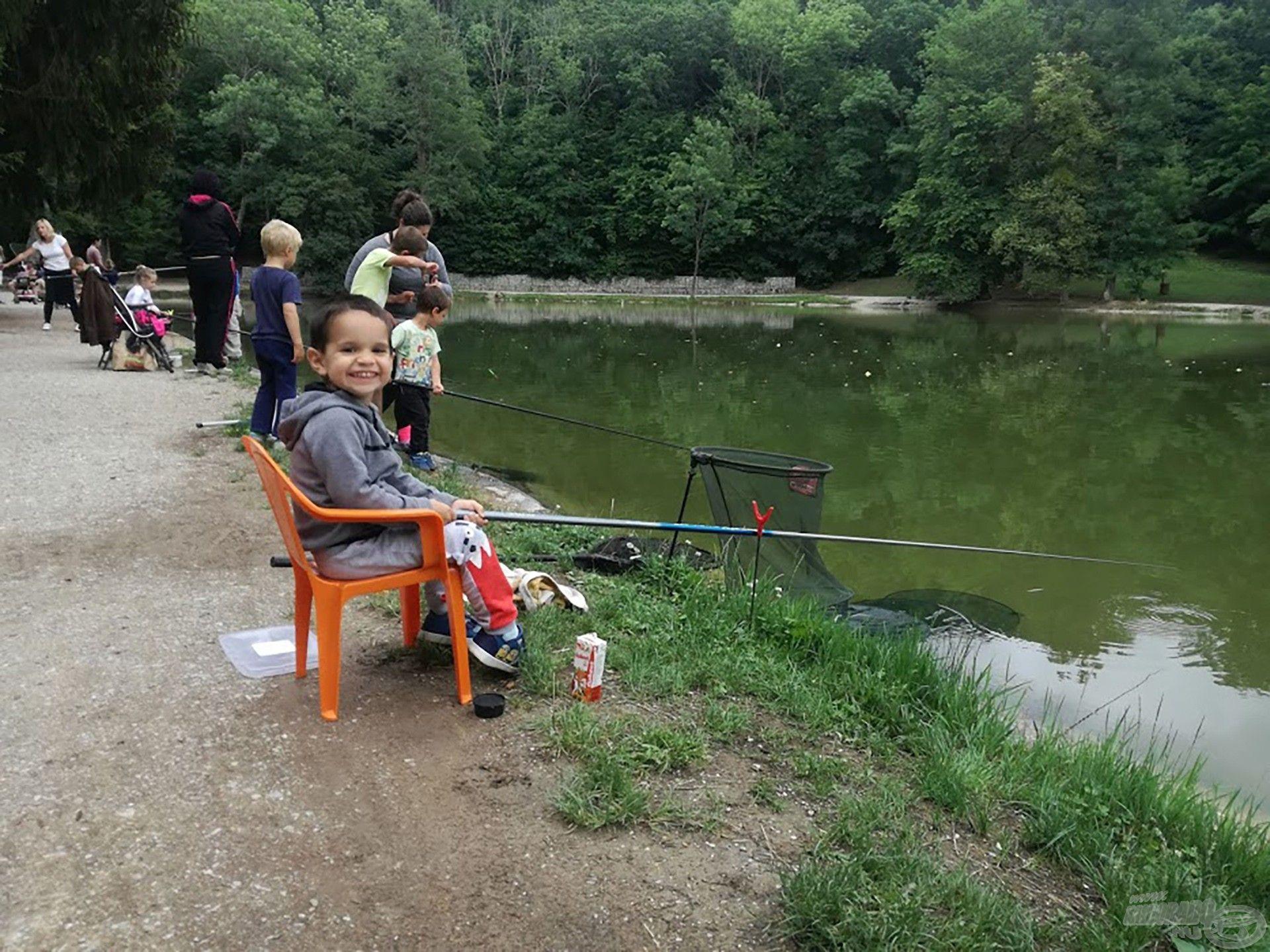Az első horgászatán, ami egyben egy verseny volt