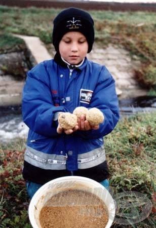 A csalogató gombócok beetetése okozta zaj riasztotta a halakat, de röviddel a pálya elcsendesedése után beindult a halfogás