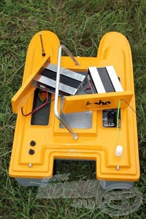 A 2 db 6V/7,2Ah akkumulátor könnyedén kivehető és tölthető