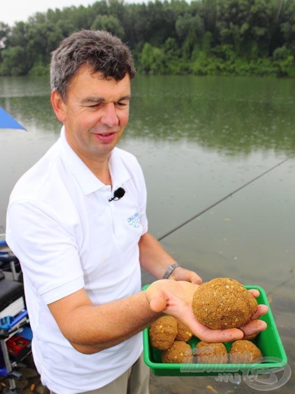 Karcsi az etetéshez lapítottabb gombócokat készít, ezzel is nehezítve azok elgurulását