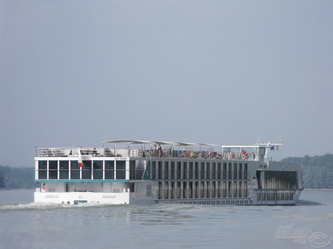 Szerencsére még időben sikerült minden felszerelést biztonságba helyeznem, mielőtt a hajó keltette hatalmas hullámok ideértek