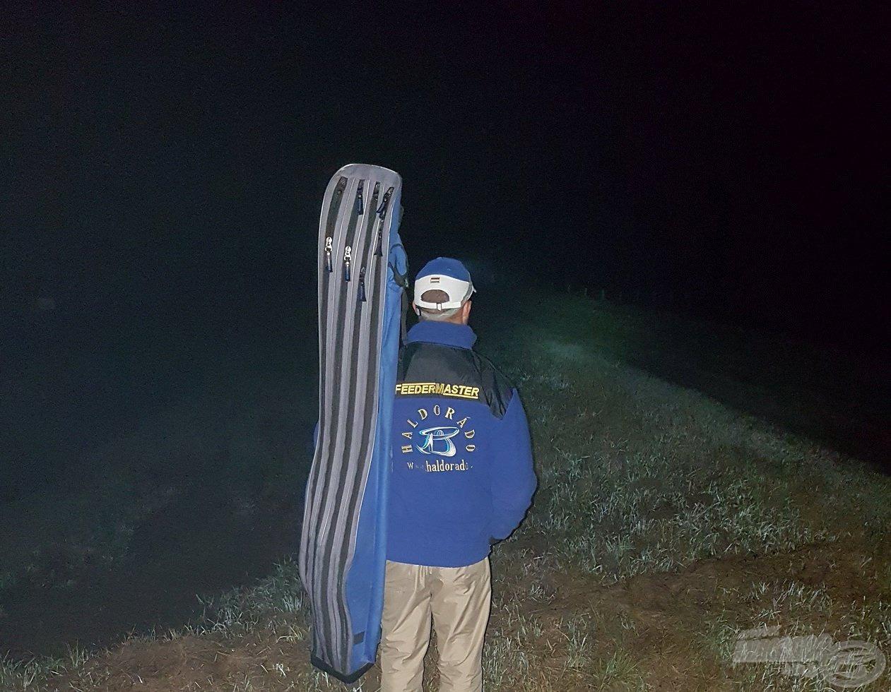 Még sötét volt, mikor a töltéshez értem, de innen még bőséges gyaloglás várt rám a horgászhelyemig