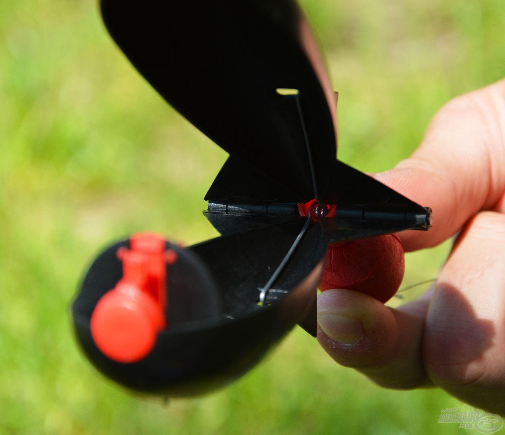 Míg az előbbi a nyitásért, kioldásért felel, a nagyobb méretű hátsó rugó feladata, hogy szétfeszítse és nyitva tartsa a test két felét