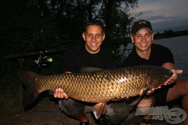 Ez a gyönyörű szép, sárga amur a bizonyítéka Ákosék horgásztudásának!