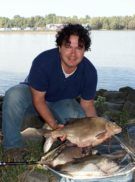 Dunaparti kupát érő hala