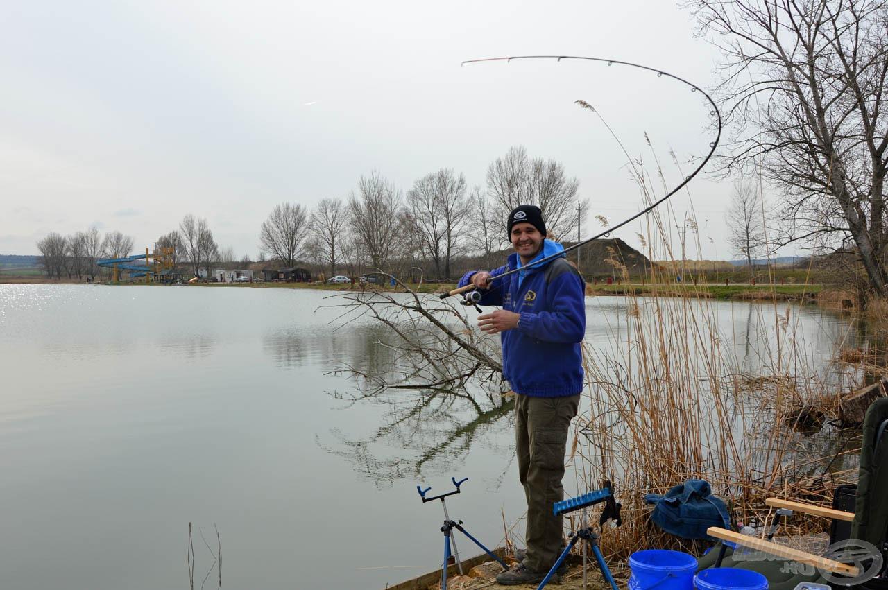 Az első kapás jó halat sejtet! (A hátam mögött látható az a bedőlt fa, amelybe minden halunk be akart menni)