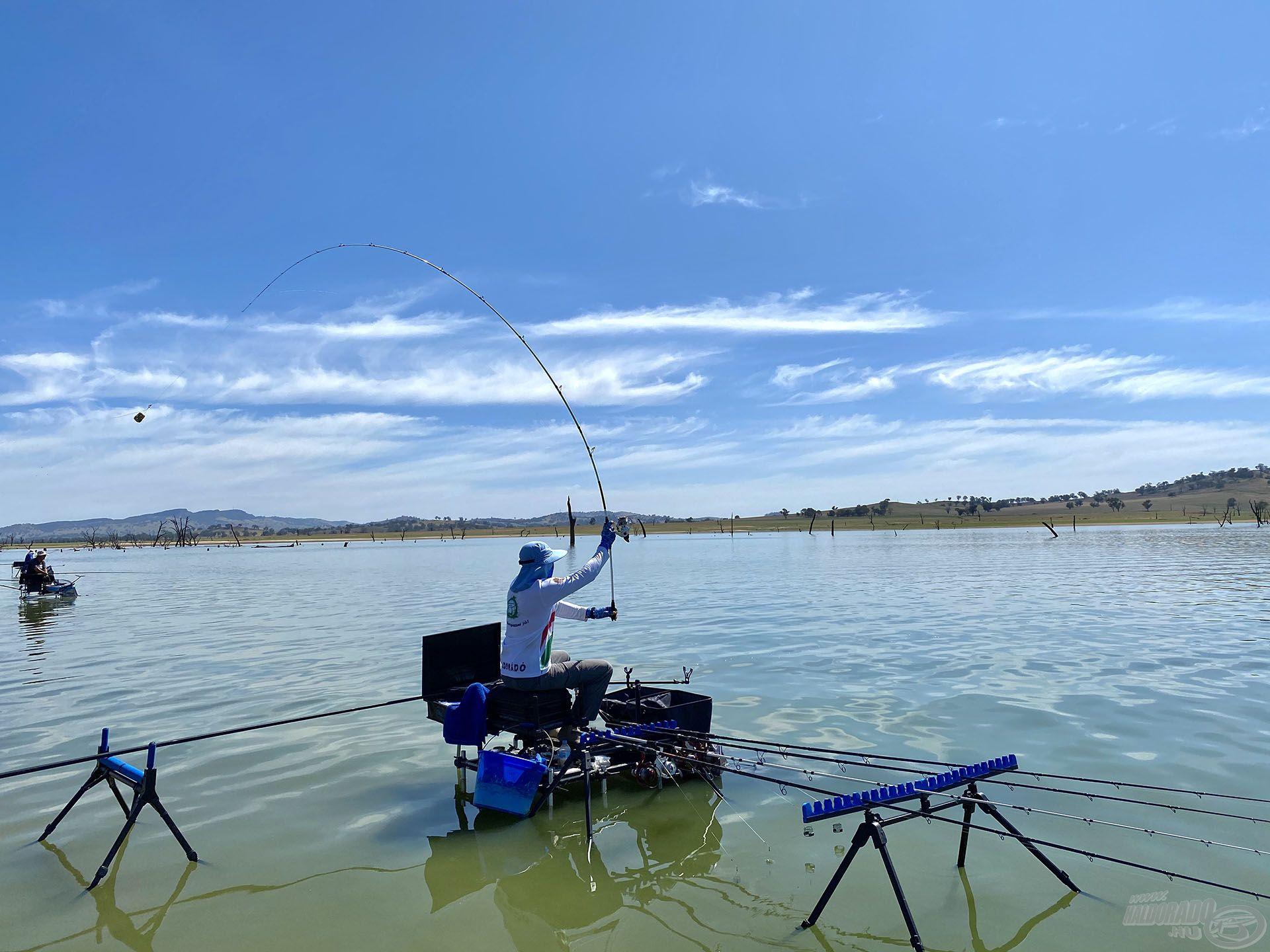 A versenyzők (a sekély parti zóna miatt) a vízben ülve horgásztak