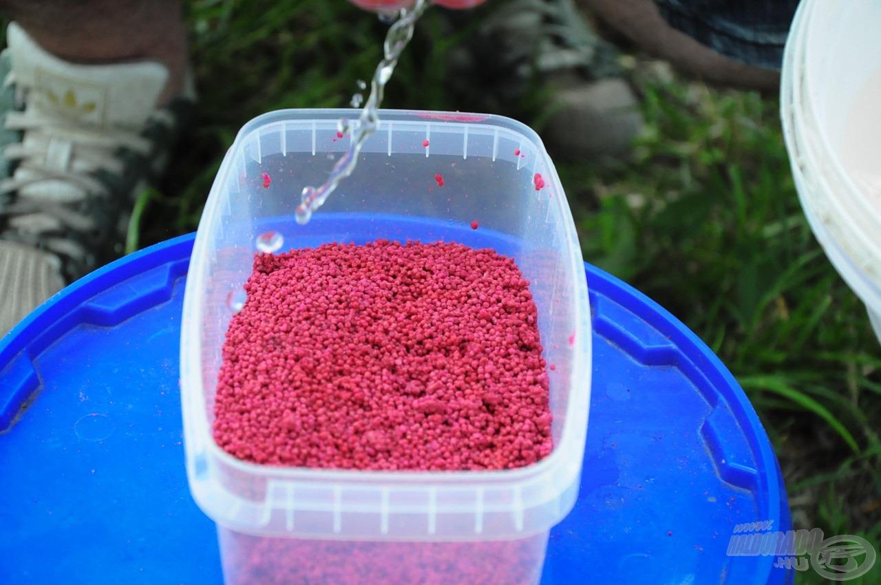 Majd némi víz, hogy a pelletek minél jobban magukba szívják az értékes aromákat