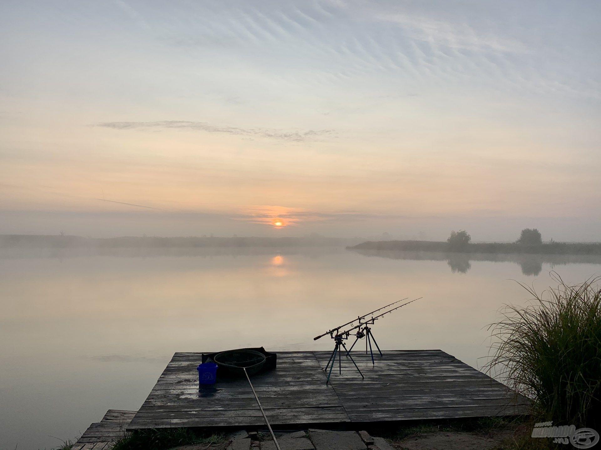 Gyönyörű, ködös napfelkelte fogadott a tóparton