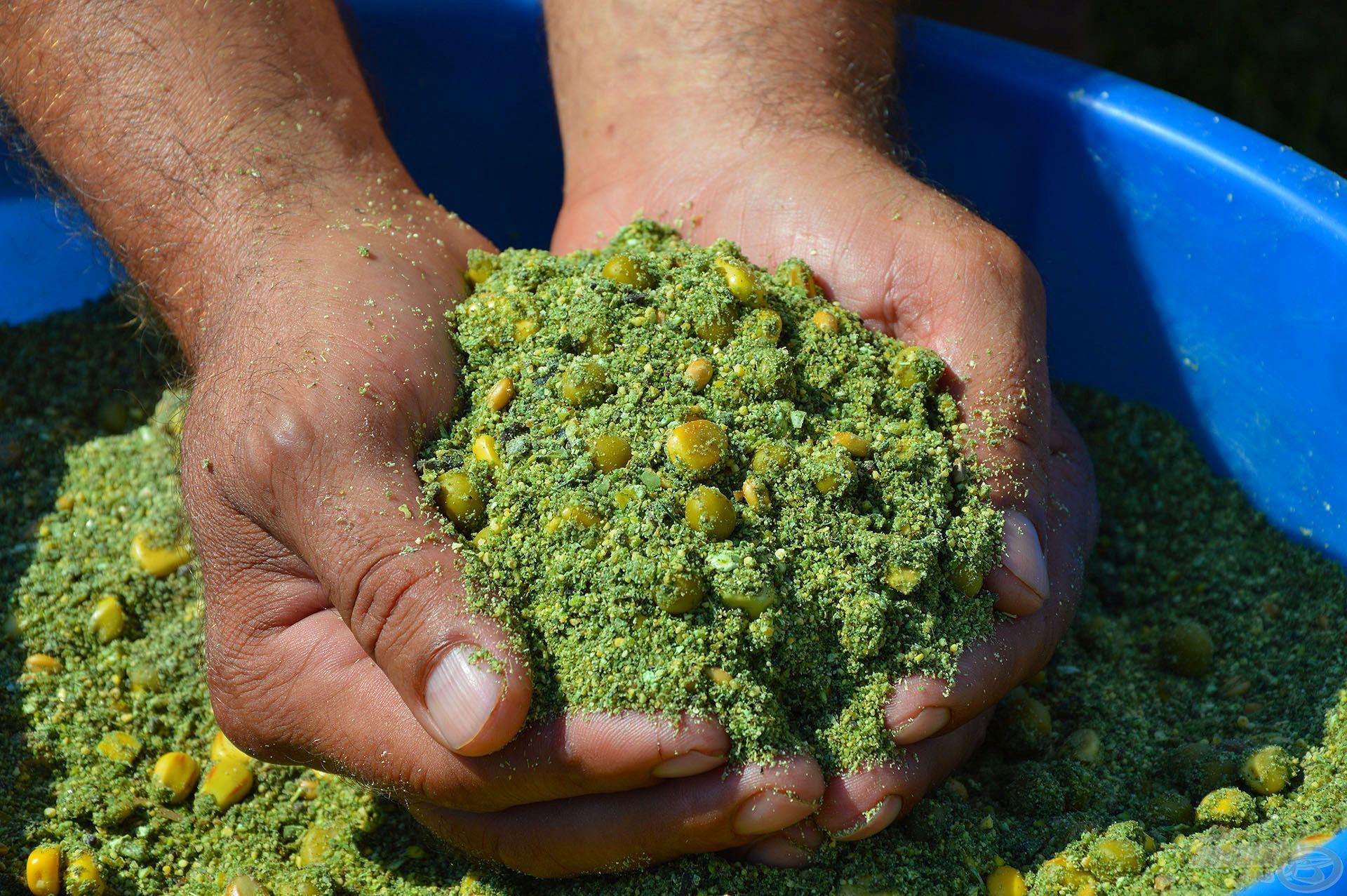 Ezt megszagolva egyszerre érezhető a frissen kaszált lucerna és a természetes erjedés folyamatának illata, a hozzáadott magvakkal pedig bőséges beltartalommal is rendelkezik