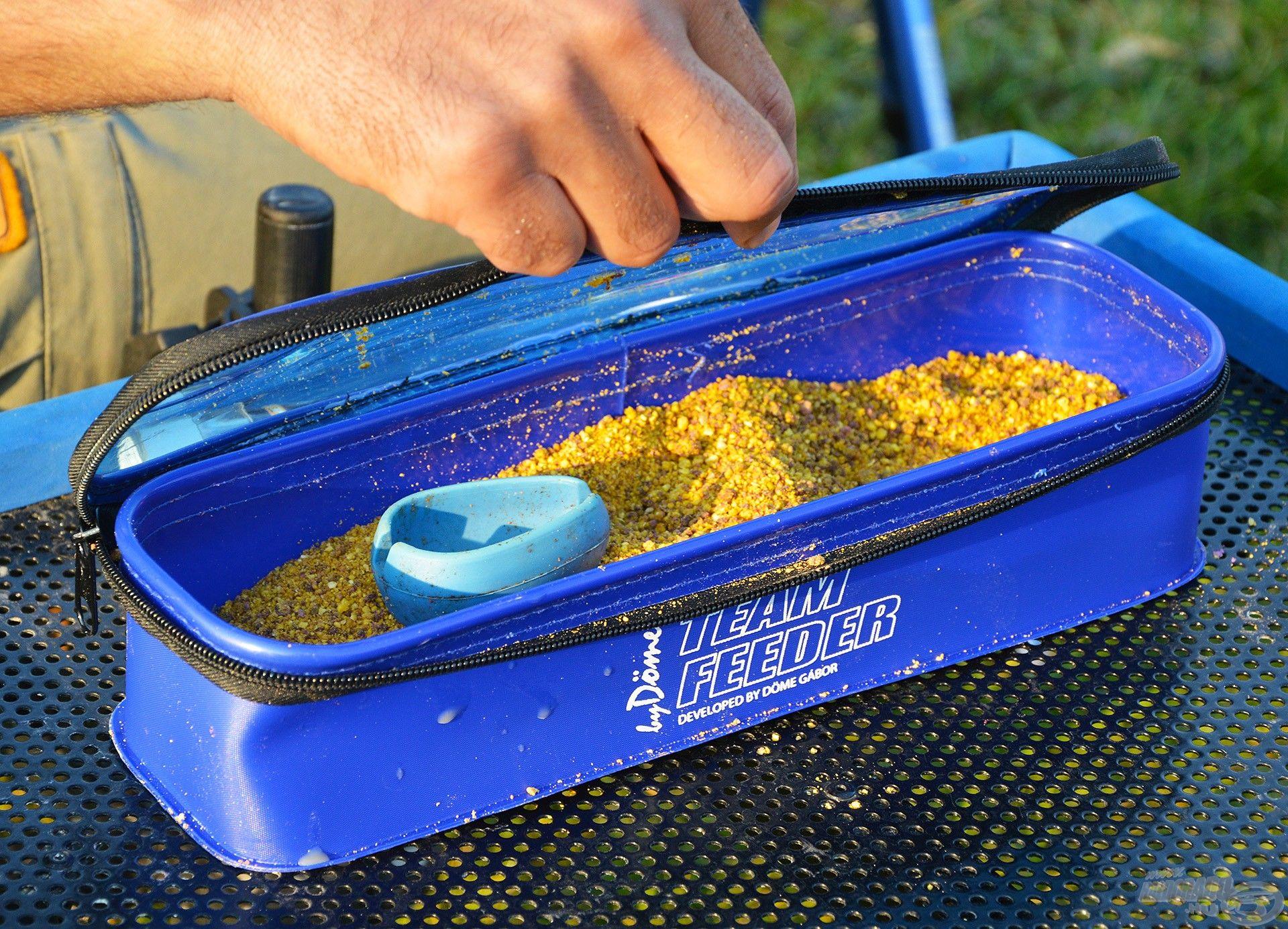 Egy fedeles tároló edény megvédi az etetőanyagot a kiszáradástól