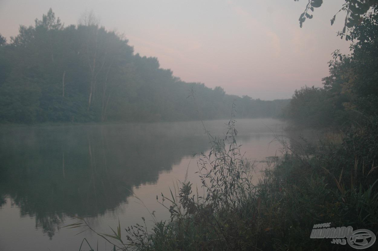 Ködös hajnal a csatorna felett