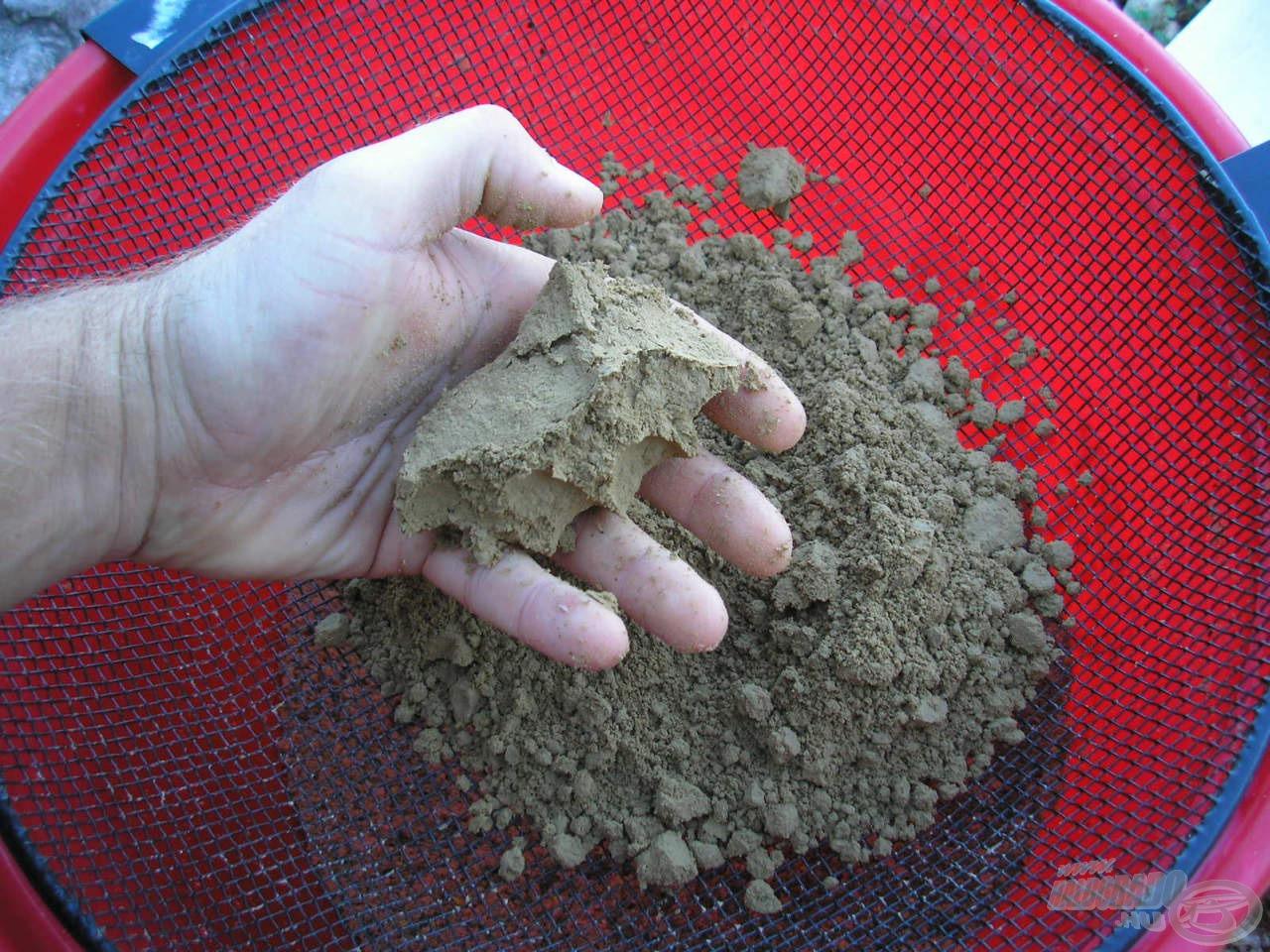 A 3 mm-es szitát használjuk a különféle földek rostálásához is! Legyen szó zsírosabb, nehezebb Terre de Riviere vagy könnyebb és lazább szerkezetű Terre de Somme típusú földekről, egy 3 mm-es szita jó választás!