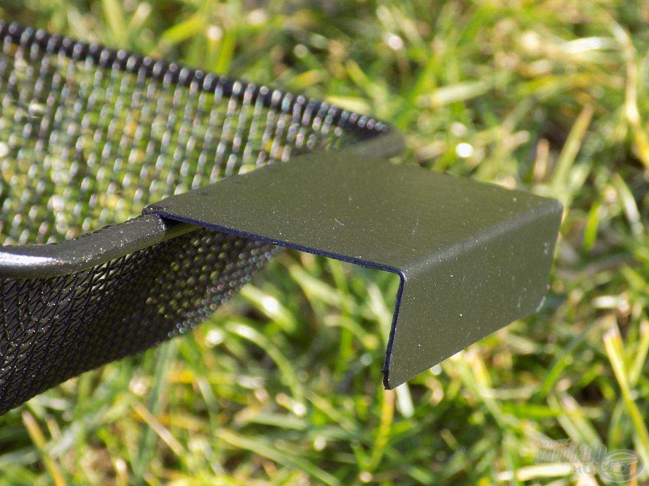 A kétoldali fülek segítségével megtámaszthatjuk az edény falán a szitát, s amíg a szúnyogunk mászik, más fontos előkészületeket végezhetünk