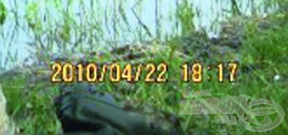 … míg a második képen (egy másik tó partján): 2010/04/22 18:17. Ennyi idő kellett a hal átszállításához
