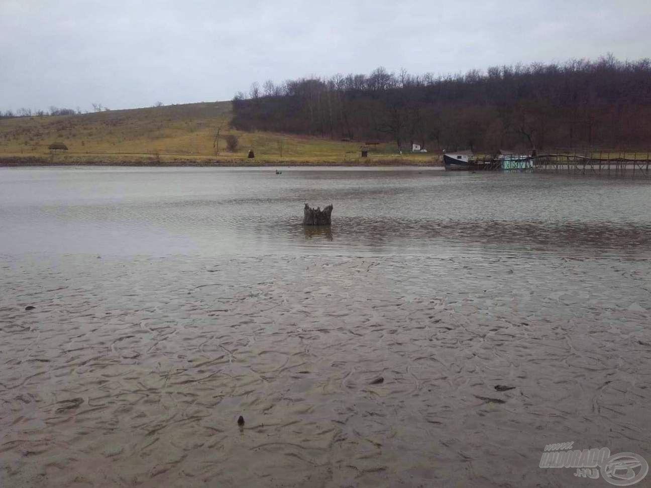 A tó vízét néhány éve csaknem teljesen leengedték, így néhány akadó láthatóvá vált