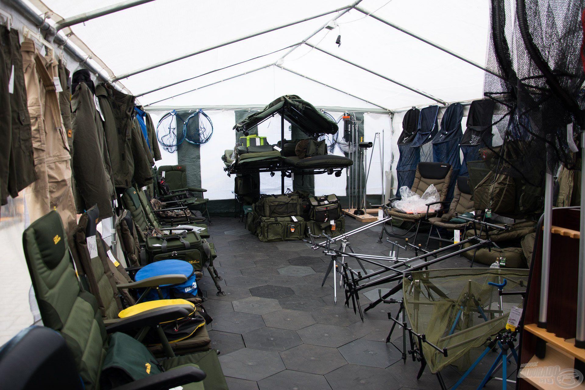 Szintén közkedvelt a külső helyszínek közt a bojlis sátor, ahol a pontyhorgászat darabosabb kiegészítői találhatóak…