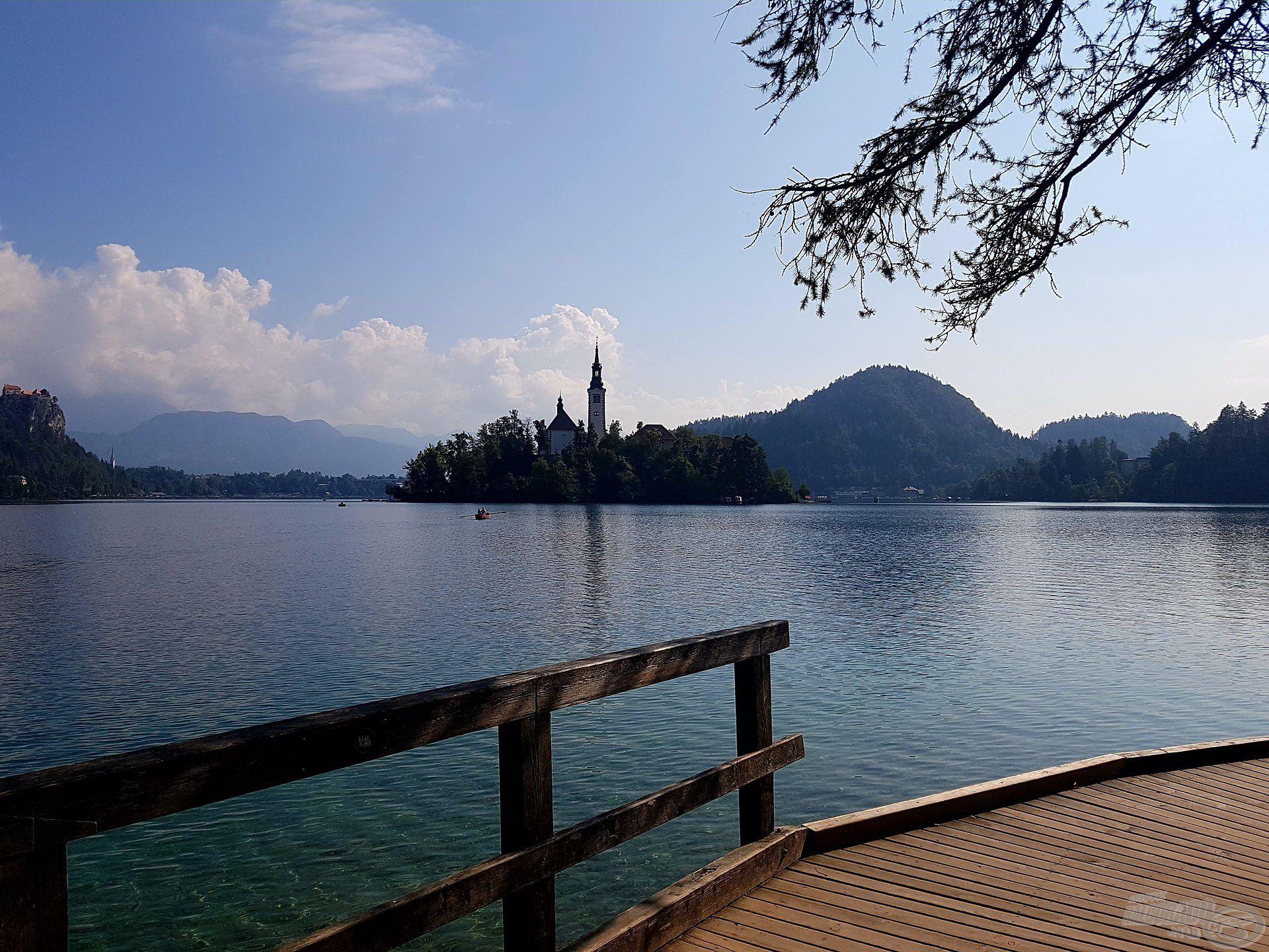 Kényelmes sétány vezet a tó körül