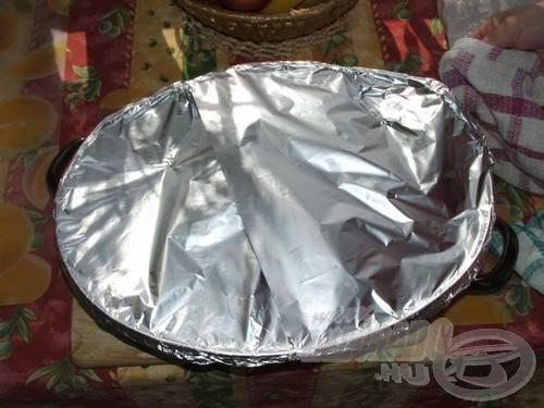 A tepsit takarjuk le alufóliával, majd előmelegített sütőben 180 fokon 20-30 percig süssük