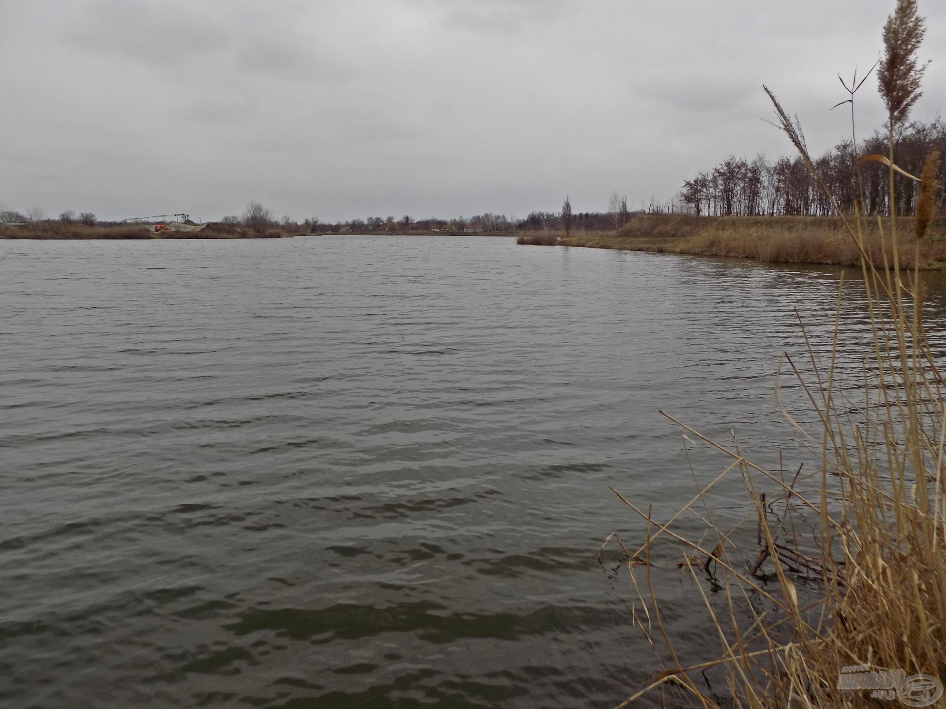 """A szürke időjárás állandóvá vált a horgászat hátralévő részére. A tó úgynevezett """"hátsó része"""" rendelkezik a legkomolyabb, helyenként akár 20 méteres mélységekkel"""
