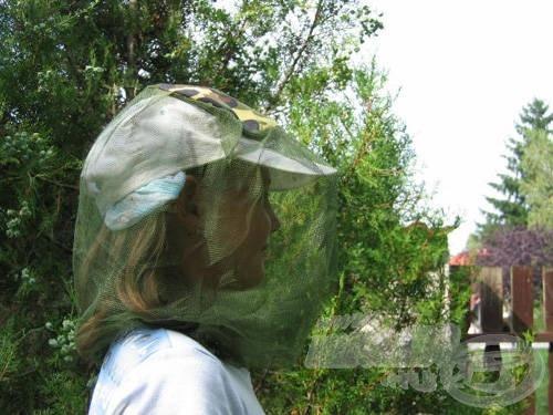 … a fejszúnyogháló igazából egy sildes sapkával vagy keskeny karimájú kalappal kombinálva működik megfelelően