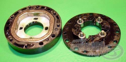 Masszív, négyszögletű acél \'gyűrű\' és négy görgő foglal helyet a zárt házas visszaforgásgátlóban