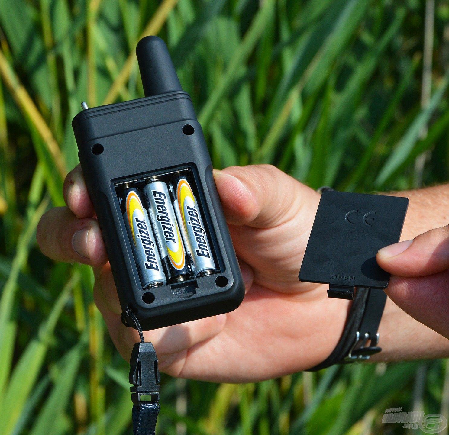 Ennek az energiaellátásáról is 3 db AAA méretű (mini) ceruzaelem gondoskodik, akárcsak az adóegységek, vagyis a jelzők esetében