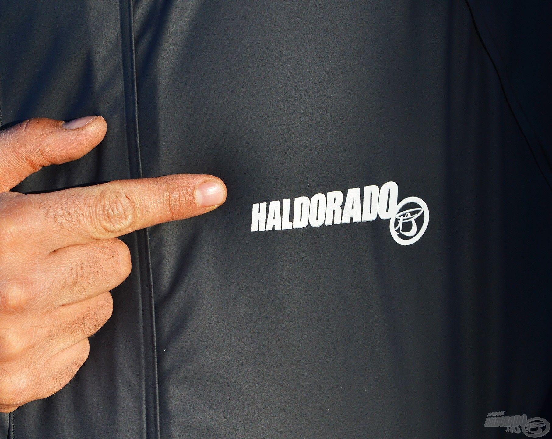 A mellkason visszafogott Haldorádó logó található