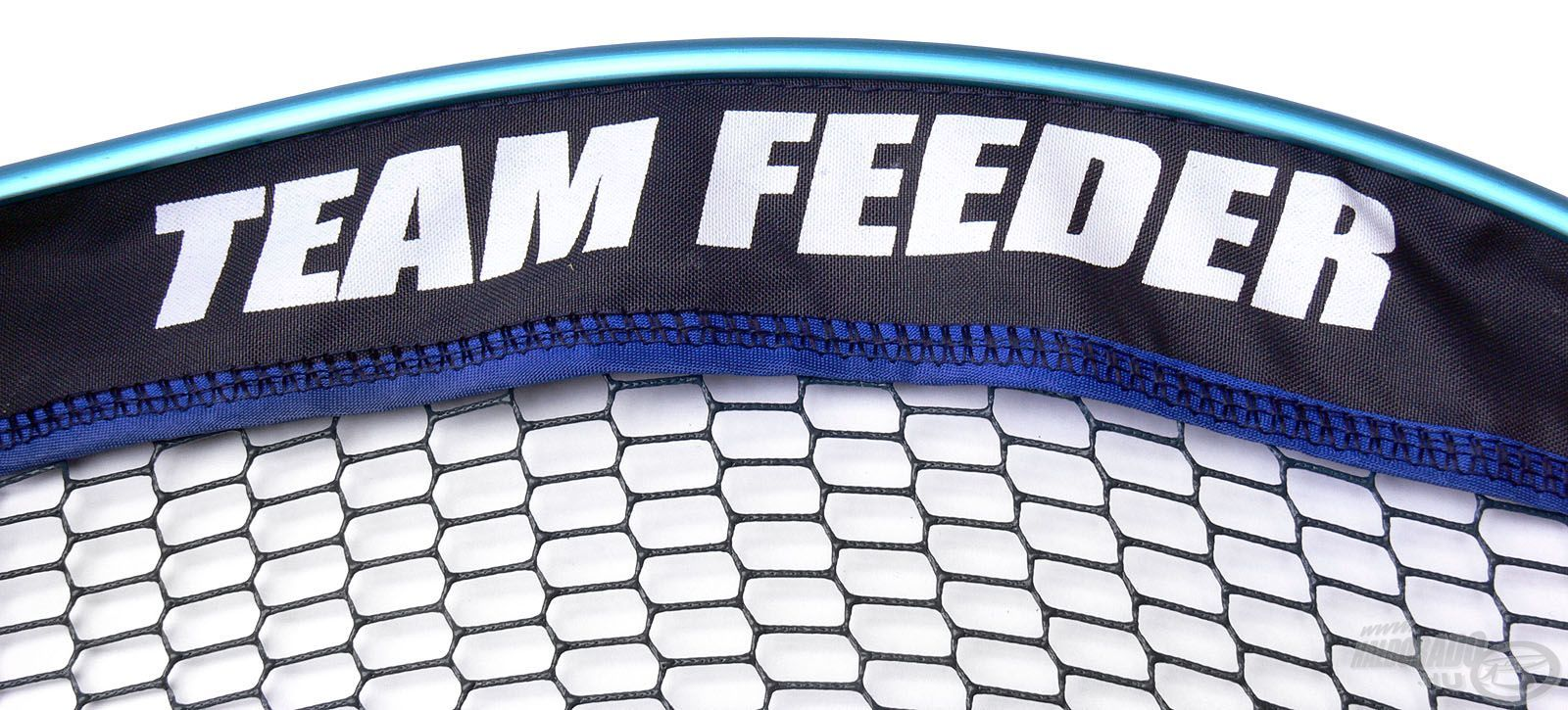 Nemcsak strapabíró, hanem dizájnos is, a védőkeret körben és kívül-belül TEAM FEEDER feliratot visel