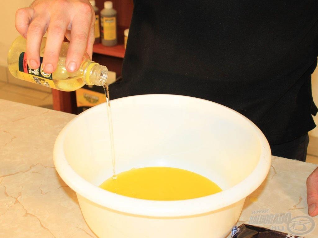 Először öntsétek a dobozban megtalálható Gold Treasure teljes tartalmát egy edénybe, majd a címkén található jelölésig (150 ml) öntsétek fel ásványvízzel és adjátok a Gold Treasure-höz!