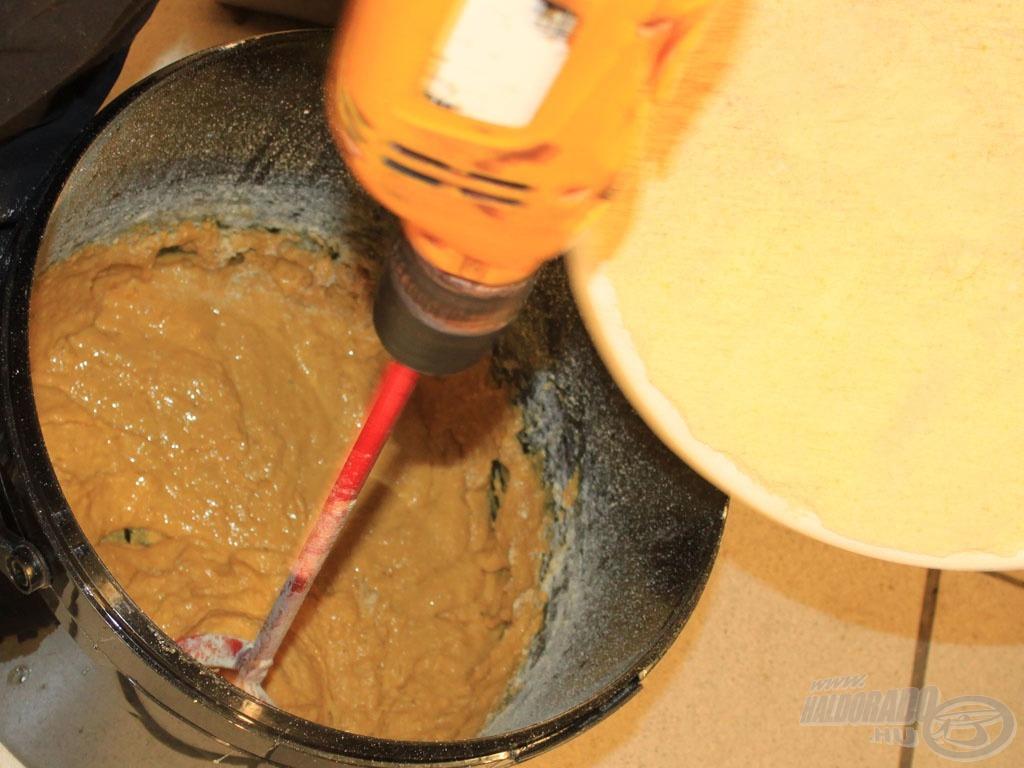 … azután lassan adagoljuk hozzá az előre kimért 1,5 kg krémes mixet