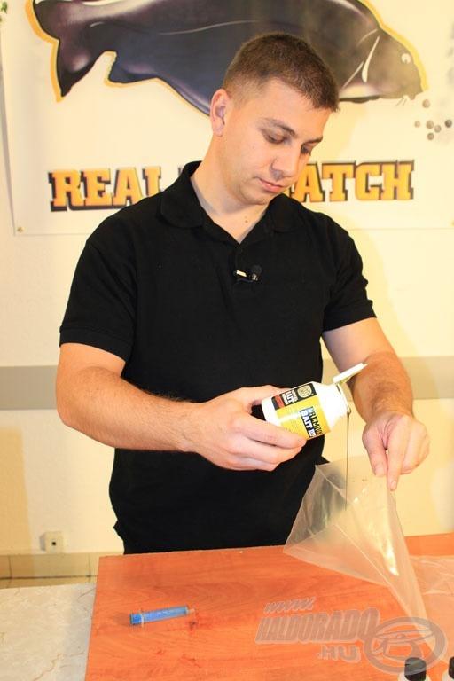 Mielőtt becsomagolnánk az etetésre szánt bojlikat, a tasak oldalára a bojli ízesítésével azonos dipből kenjünk egy keveset…