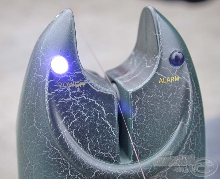 Ahogy a görgő megmozdul, hang és fényjelzést ad a kapásjelző