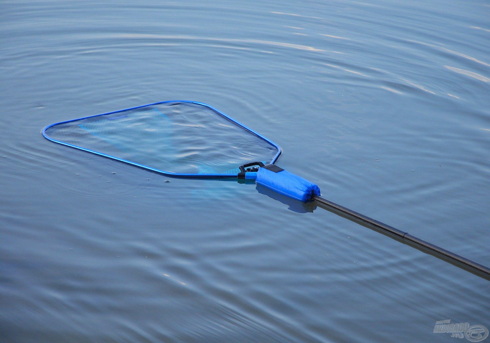 Ez fenntartja annyira a merítőt, hogy az ne tudjon a vízben elmerülni