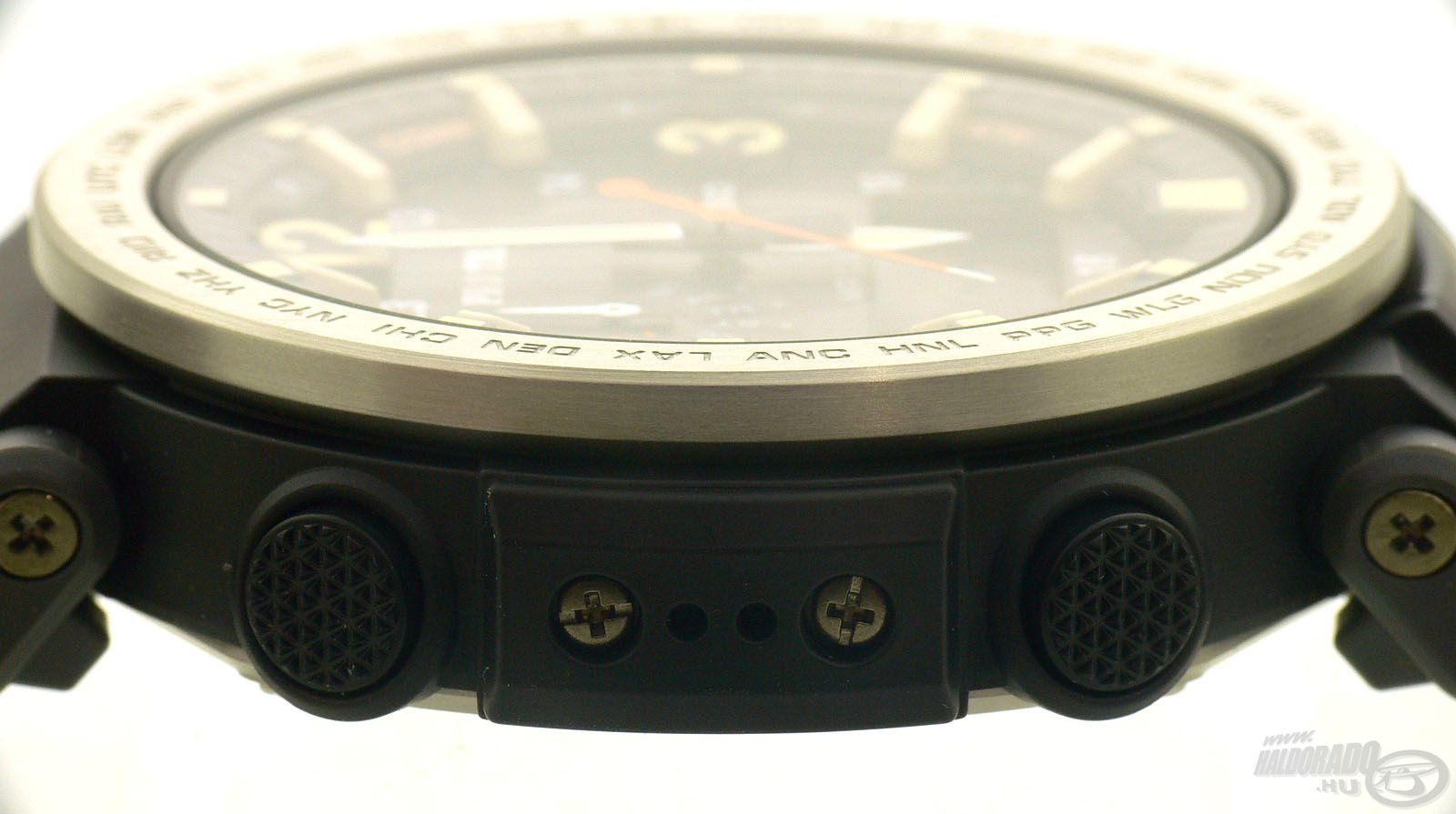 Oldalt található az órák szenzora, ami többek között a légnyomás, illetve a hőmérséklet precíz megállapításában segít