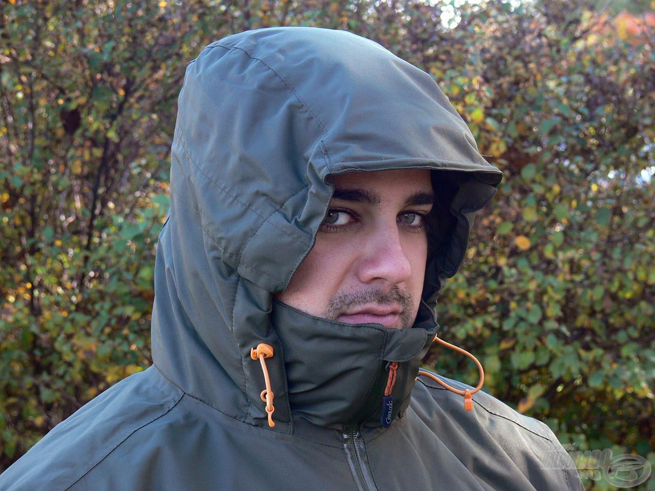 A termék gondos tervezése jól látható a magas nyakvédővel és simléderrel ellátott kapucniban, ebben garantáltan nem fog fázni a fejünk!