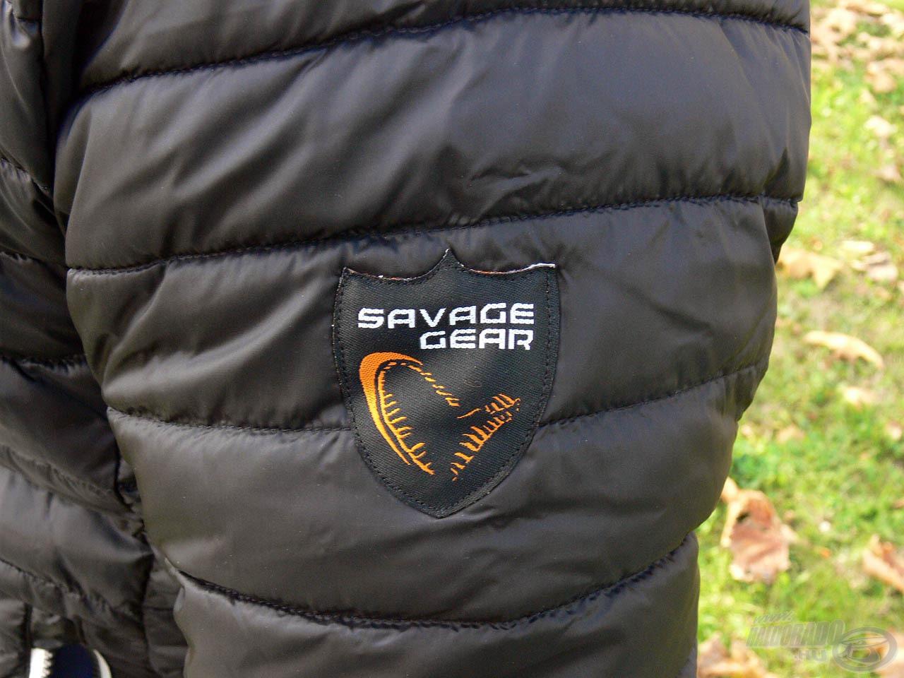 Igényes, hímzett Savage Gear logó teszi teljessé a terméket