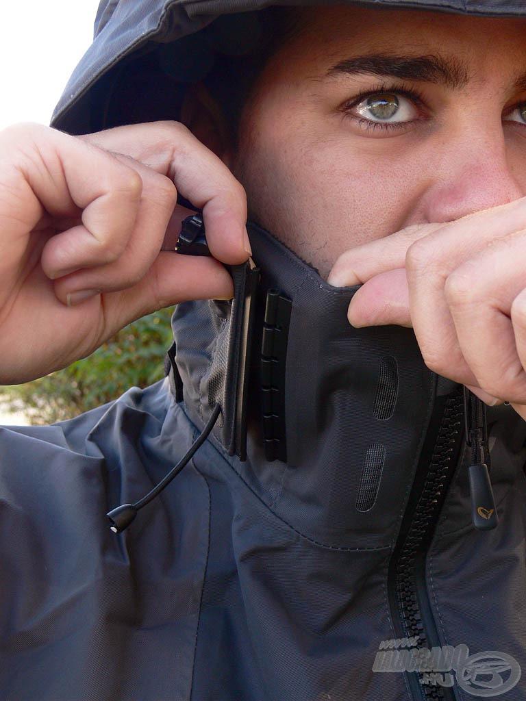 A kapucni szélei speciális kapcsok segítségével rögzíthetők a gallérhoz