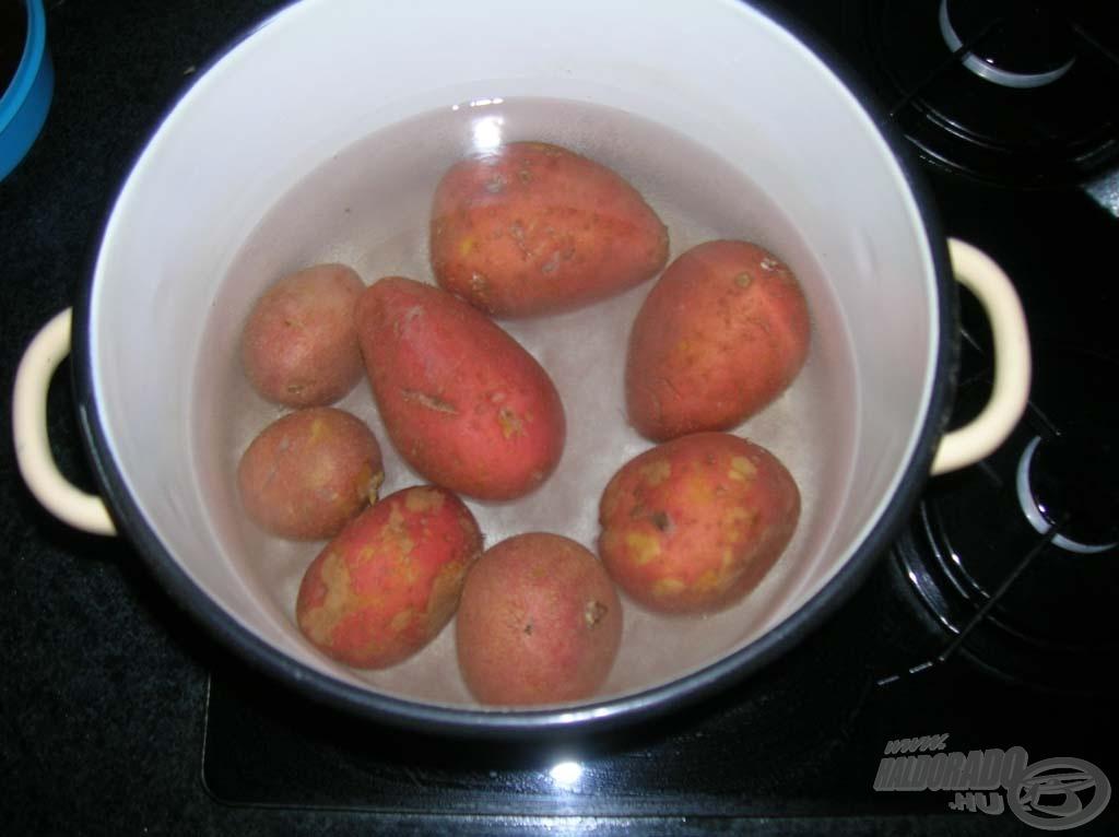 Sós hideg vízbe tegyük fel a burgonyát főni - lehet ezzel is kezdeni, mert sok idő, amíg megfő