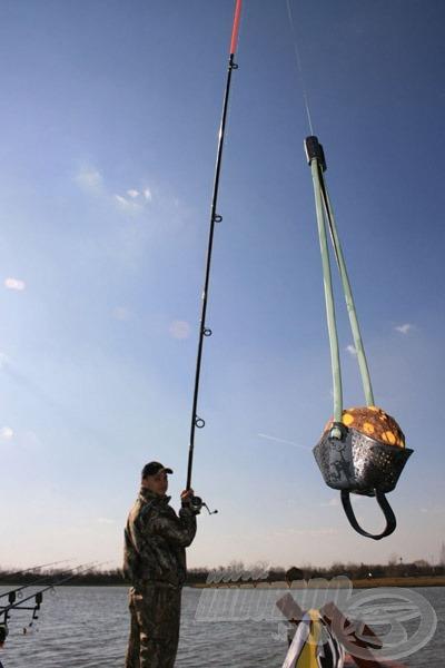 Még könnyebben és pontosabban dobható a gombóc a FOX Mega Distance Groundbait Catapult pótgumis kosarával!