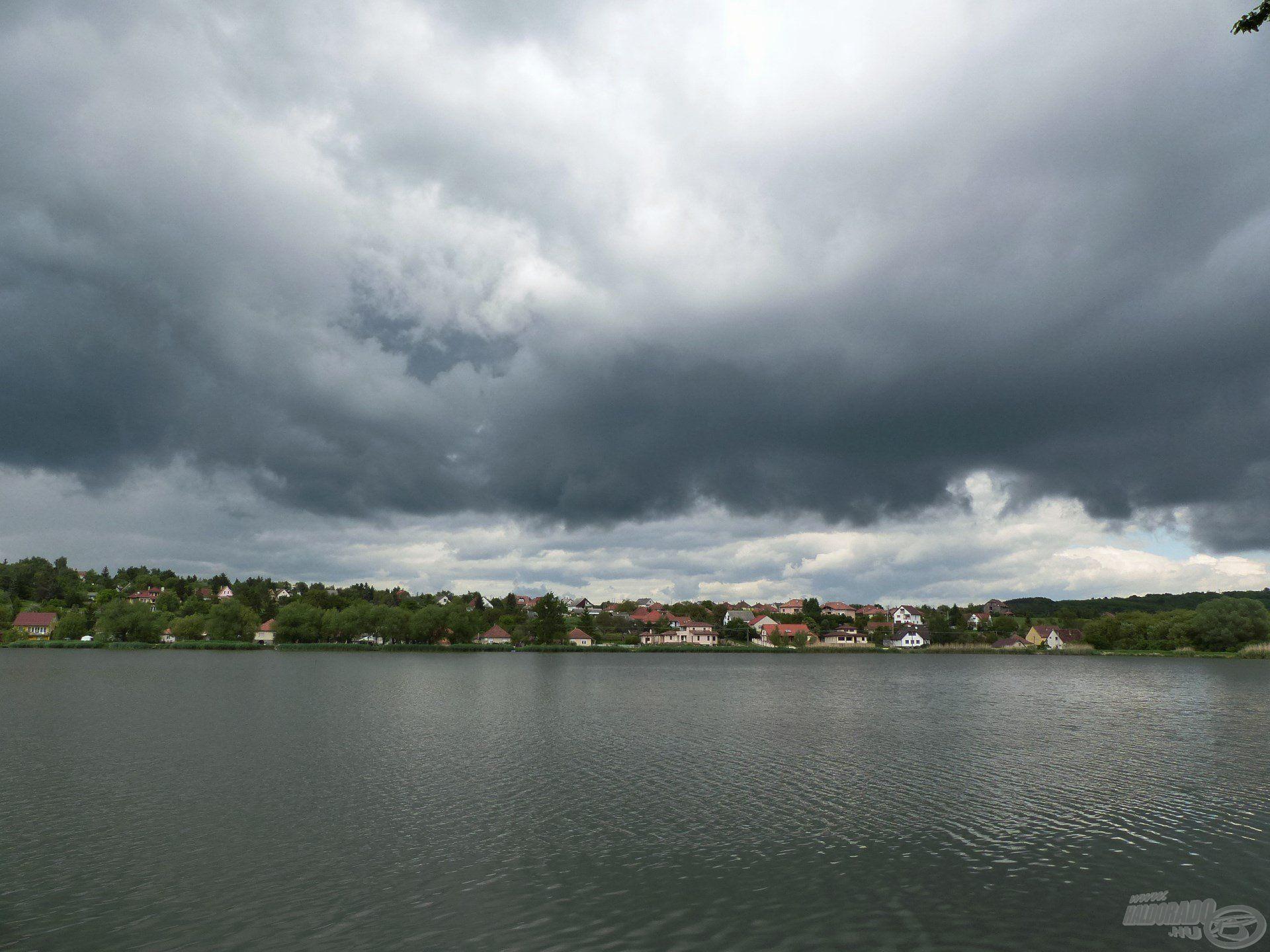 Ha ilyen hatalmas, fekete felhők tornyosultak az égen, hamarosan leszakadt az ég…