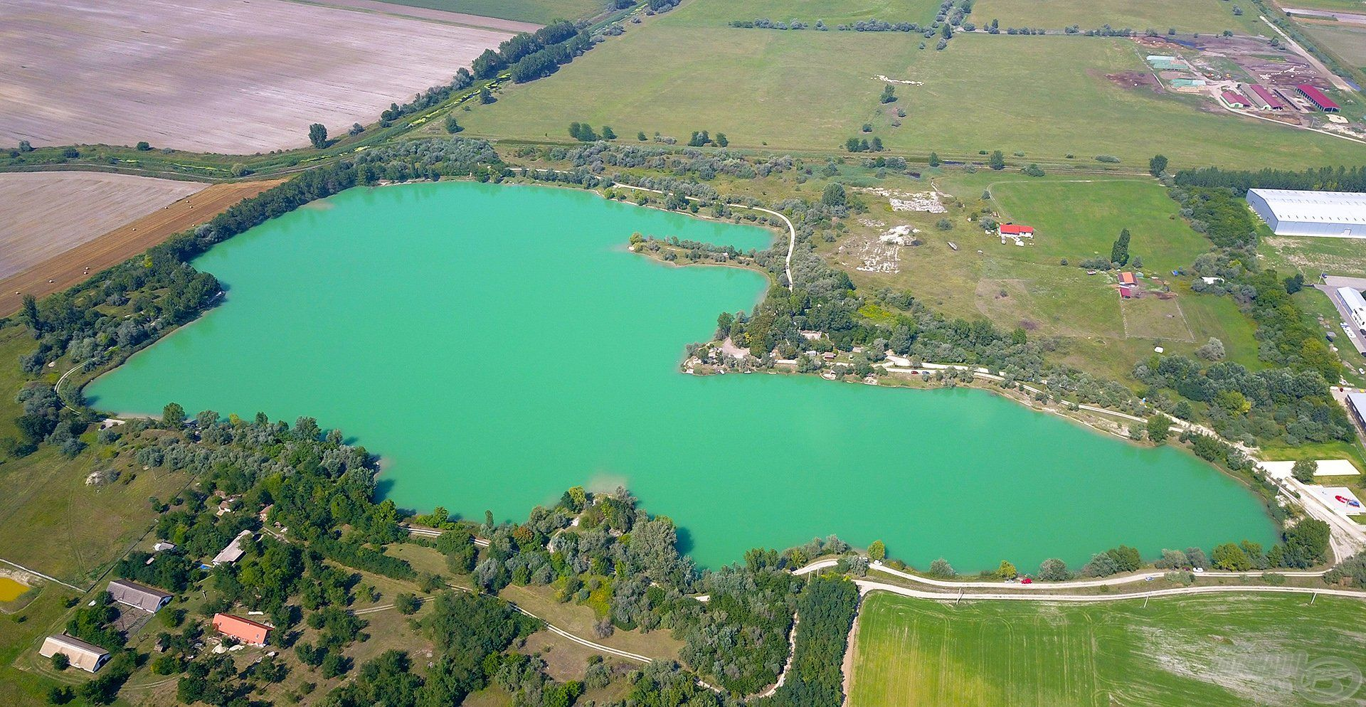 Fentről nézve szemet gyönyörködtető, azúrkék színben pompázik a Dabasi kavicsbánya tó, ez a víz számos nyári horgásznapunknak adott otthont