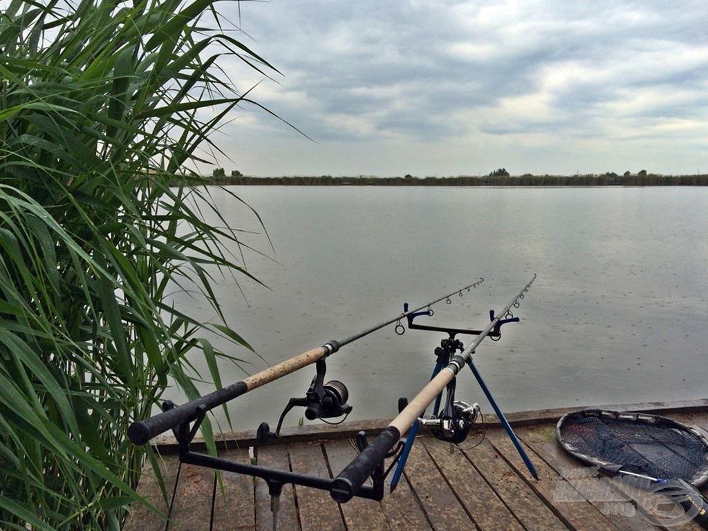 Az eső a déli óráktól állandó társunk lett a horgászat során
