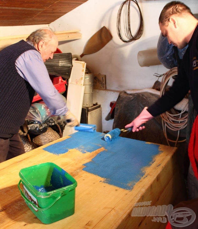 Kék színű poliészter gél védőréteg került fel legvégül