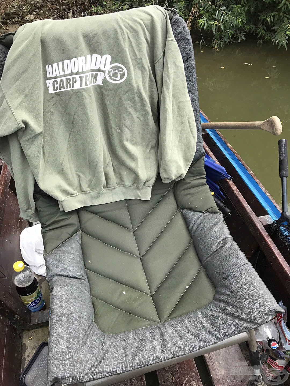 Talán túl nagy ez a fotel a csónakba, de legalább kényelmes, igazi benne fekvős pecákra való, ahol nincs hal, nem keszegezésre az tény :-)