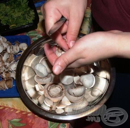 A gombát megtisztítjuk, és negyedekre vágjuk